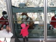 日本一高いビル「あべのハルカス」でサンタクロースが窓拭き