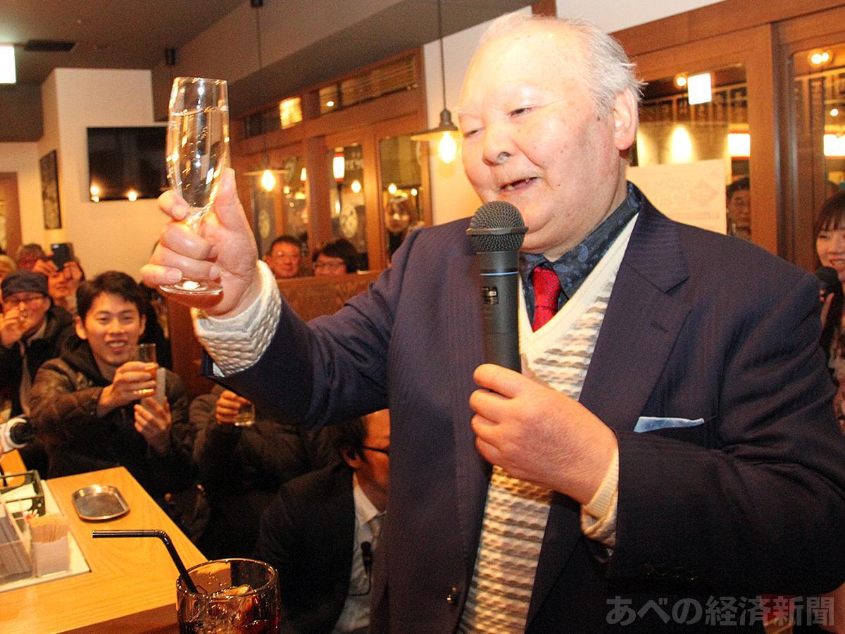 加藤一二三(ひふみん)さんが居酒屋で乾杯