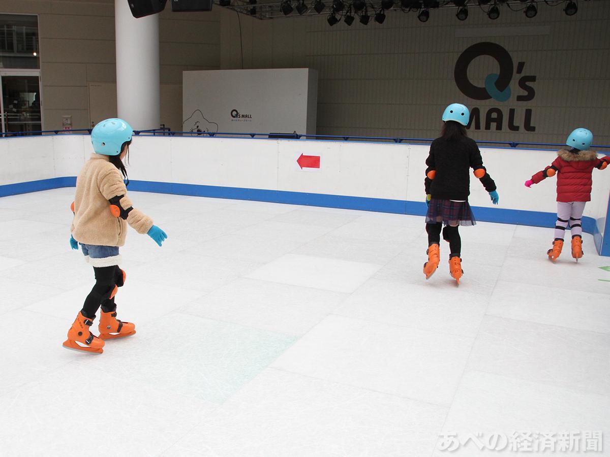 子どもたちが楽しむ「あべのキューズスケート」