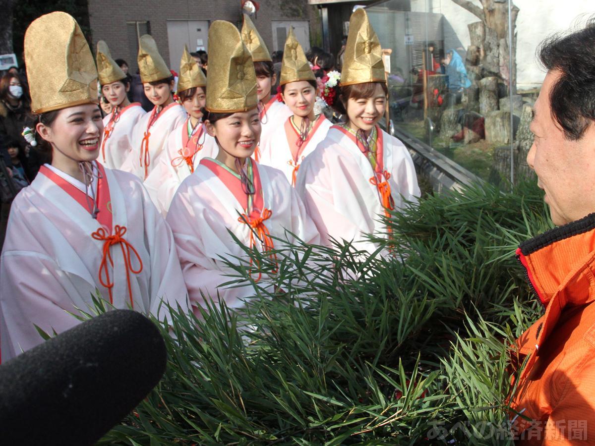 今宮戎神社の福娘が天王寺動物園に福笹贈る