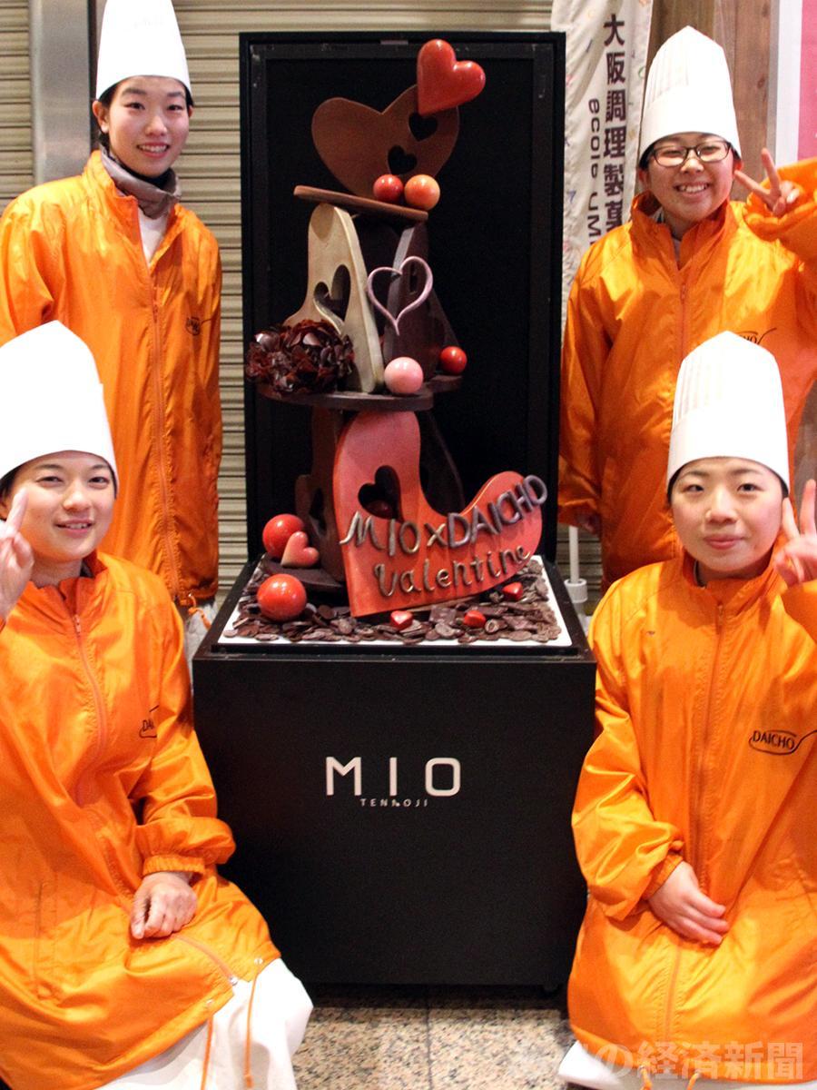 チョコレートオブジェと製作した学生