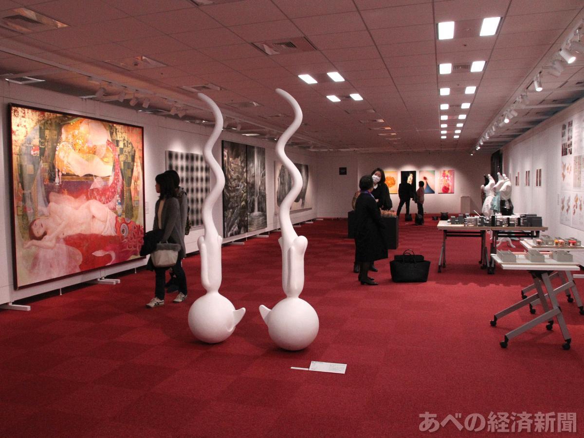さまざまなジャンルの作品が並ぶ「大阪芸術大学グループ卒業制作選抜展」