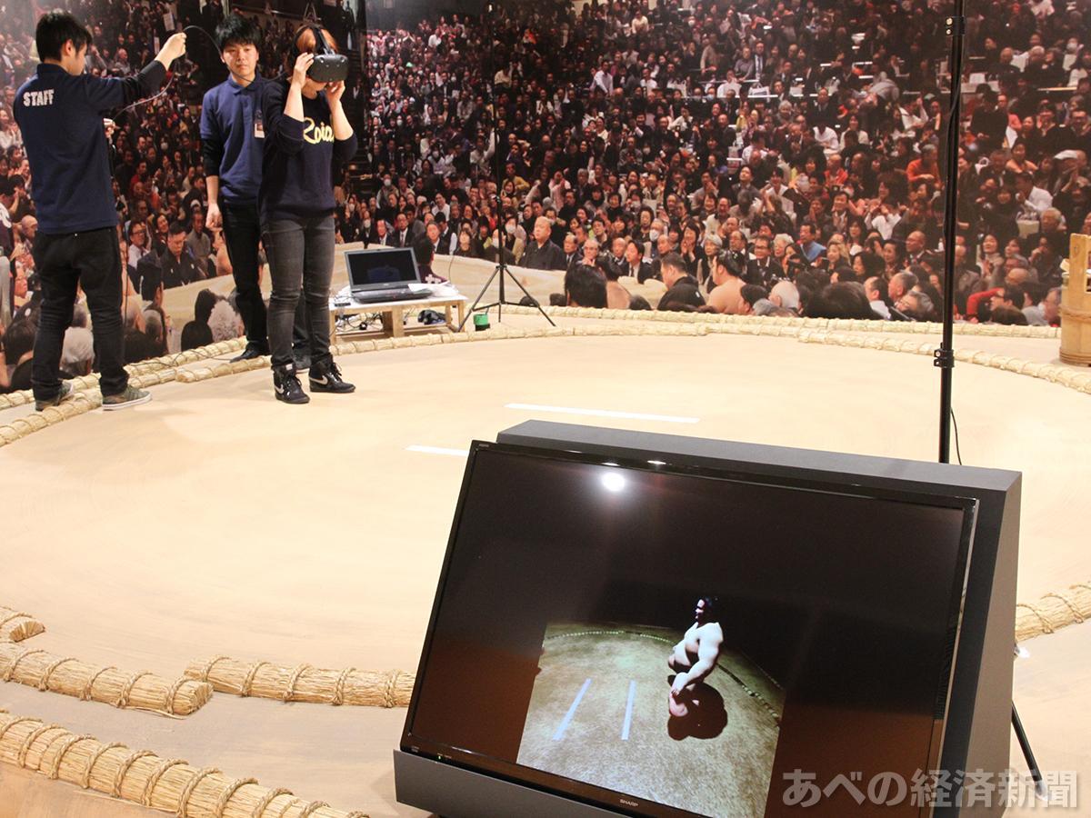 レプリカ土俵でVR相撲体験(2日の内覧会で)