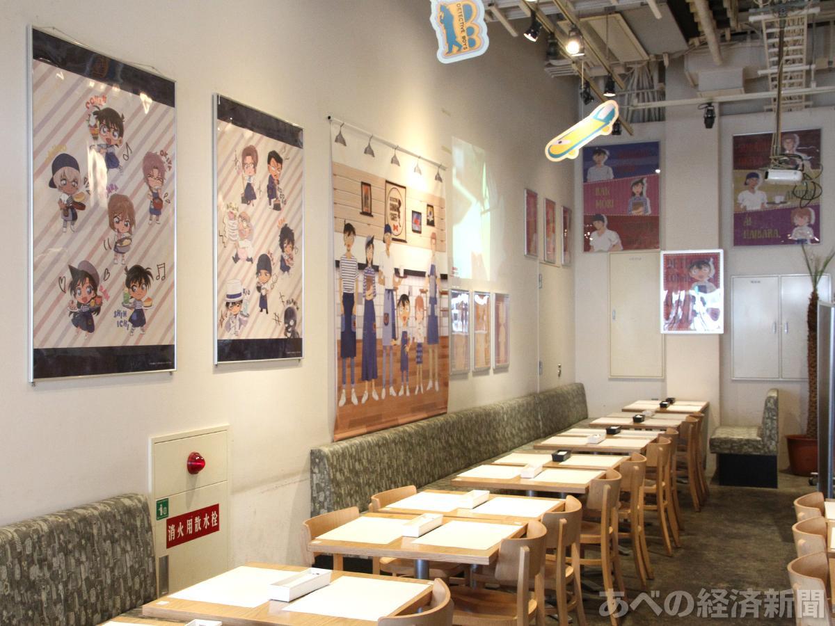 「名探偵コナンカフェ2018」の店内 ©青山剛昌/小学館・読売テレビ・TMS 1996