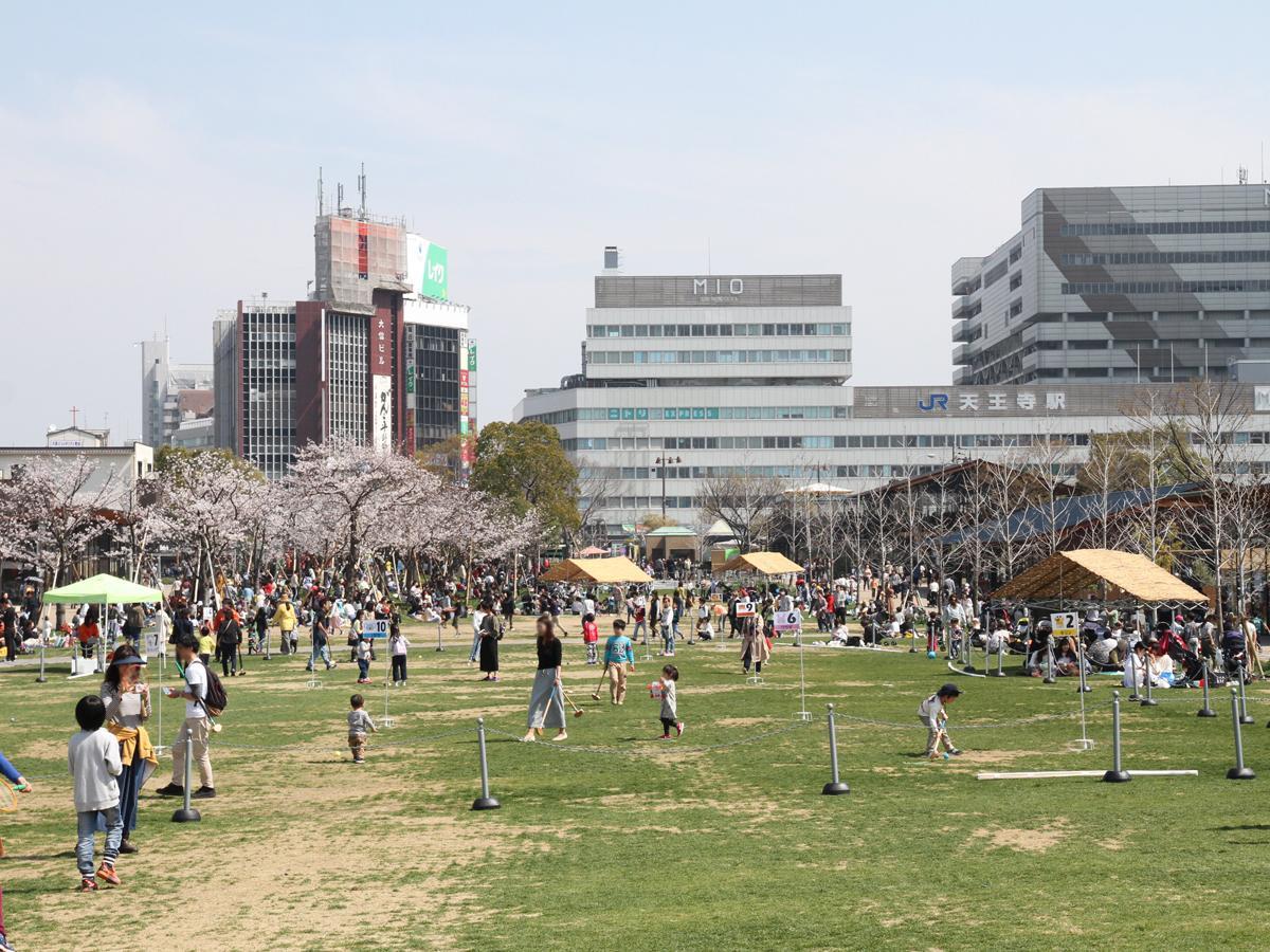 にぎわう天王寺公園エントランスエリア「てんしば」(3月27日撮影)