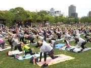 天王寺公園「てんしば」の芝生広場でチャリティーヨガイベント 400人参加