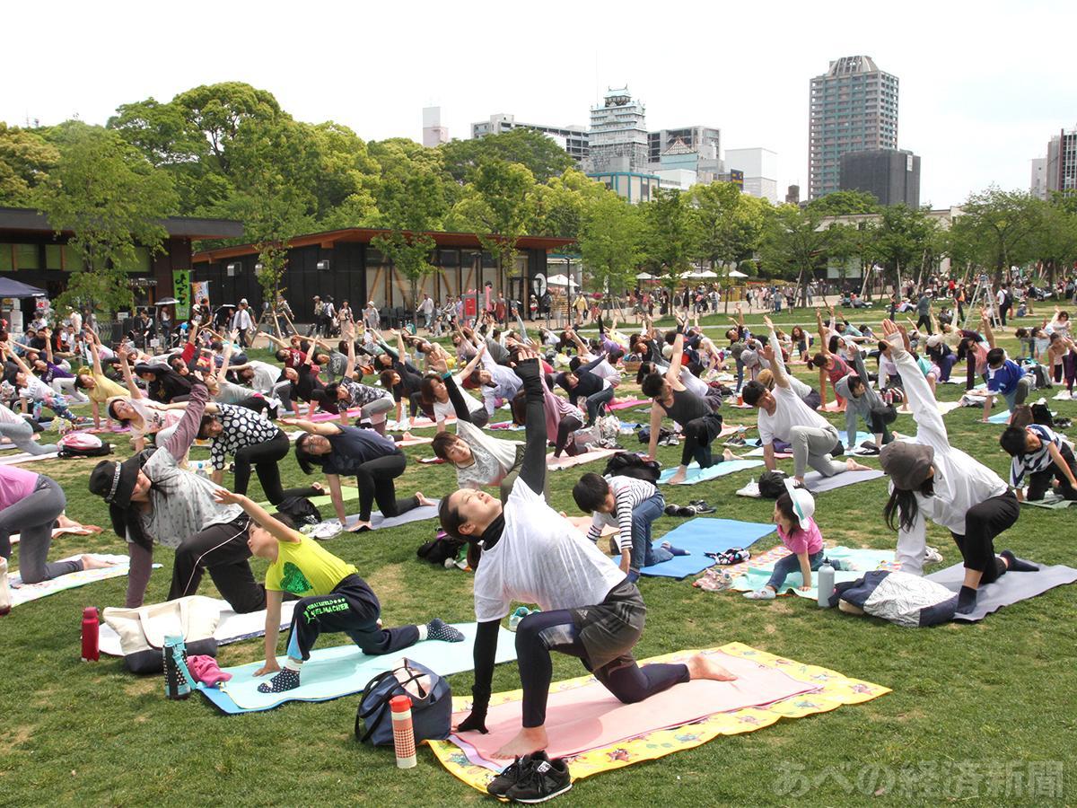 天王寺公園「てんしば」の芝生広場でヨガイベント