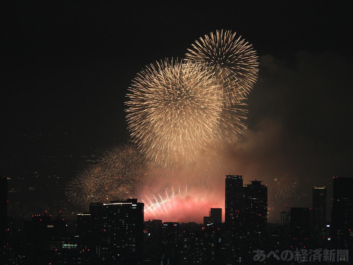 昨年の「なにわ淀川花火大会」(ハルカス300で撮影)