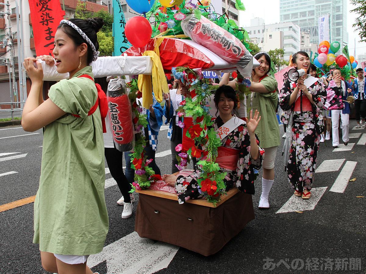 初日恒例の「宝恵駕籠パレード」は中止(昨年の様子)