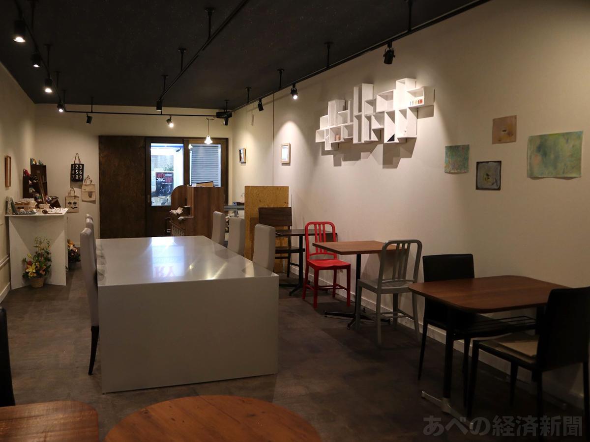 ギャラリーとカフェスペースを兼ねた店内