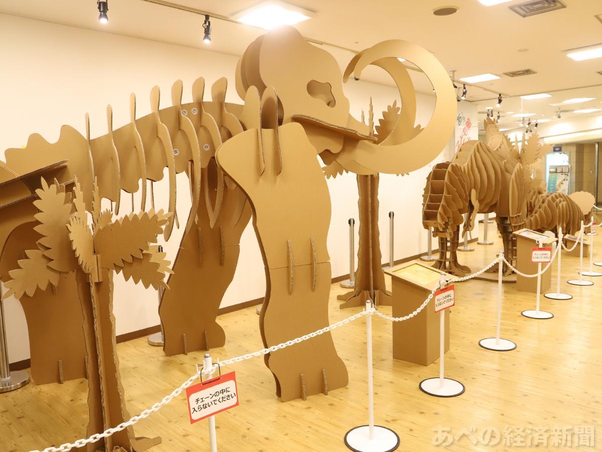 あべのルシアスでダンボールの巨大恐竜を展示