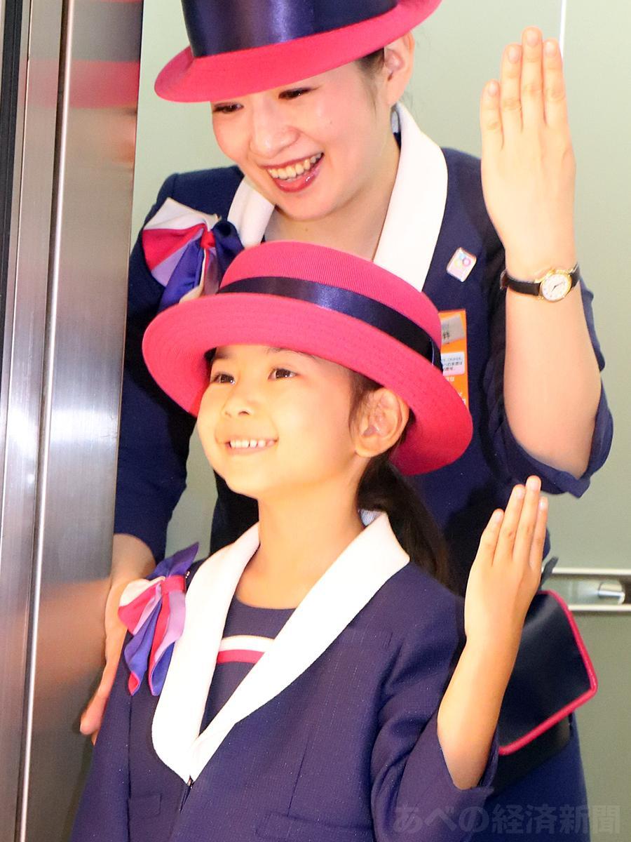 女児がエレベーターガールの仕事体験