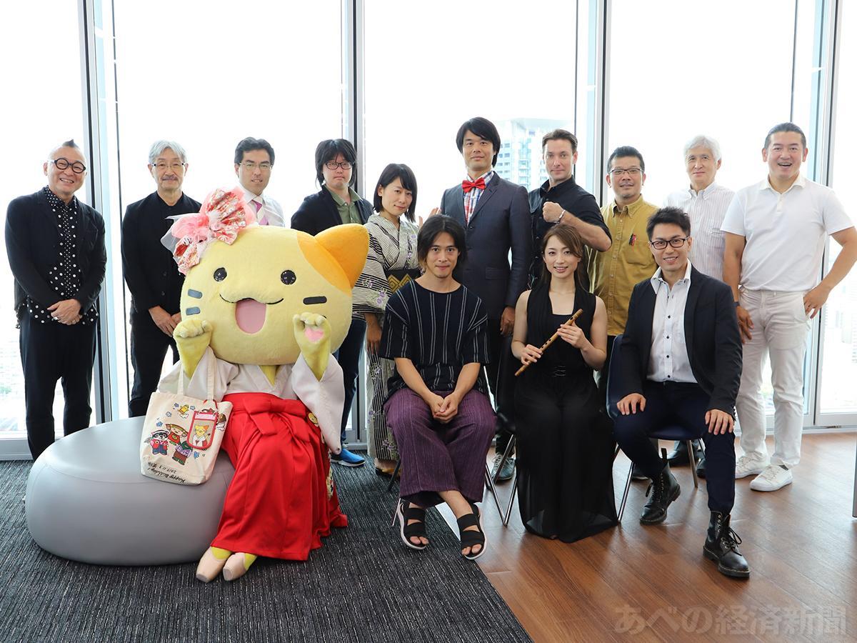 「大阪フリンジフェスティバル」の記者会見に出席した実行委員と出演者