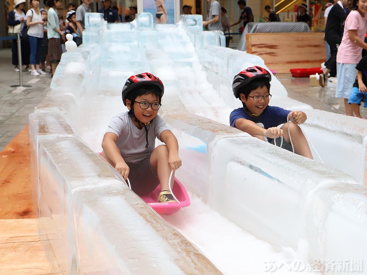 氷スライダーを楽しむ子どもたち