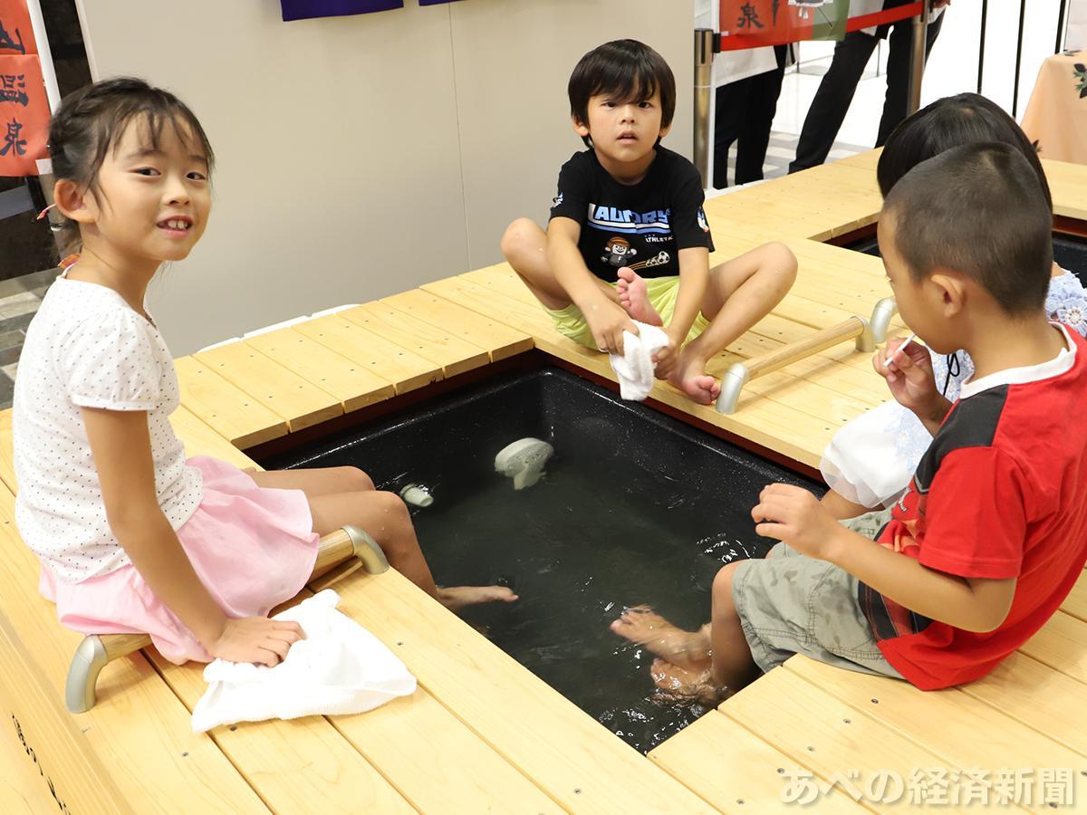 観光列車「つどい」に設置する足湯を体験