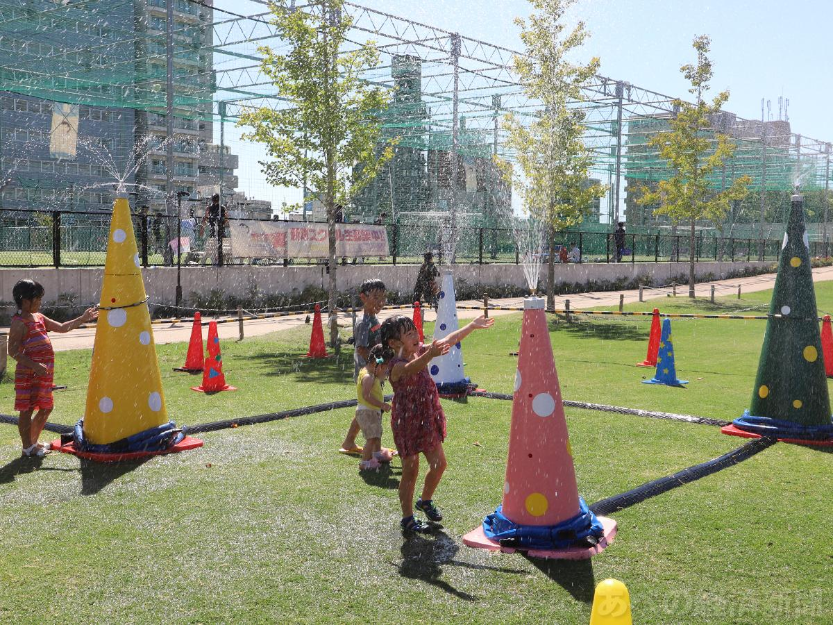 天王寺公園「てんしば」で子どもたちが水遊び