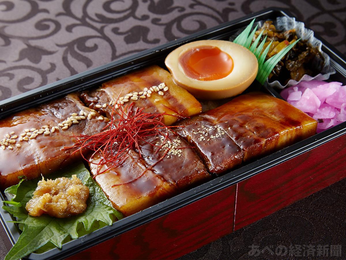 金粉をのせた「ダイニング萬來」鹿児島黒豚角煮弁当