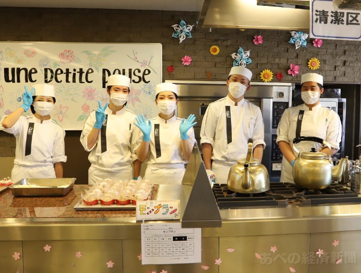 洋菓子・和菓子を販売する辻製菓専門学校の学生たち