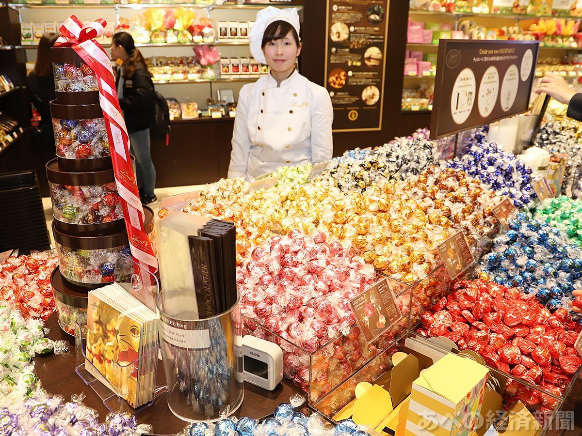 リンドールなどが並ぶ「リンツ ショコラ カフェ 天王寺ミオ店」