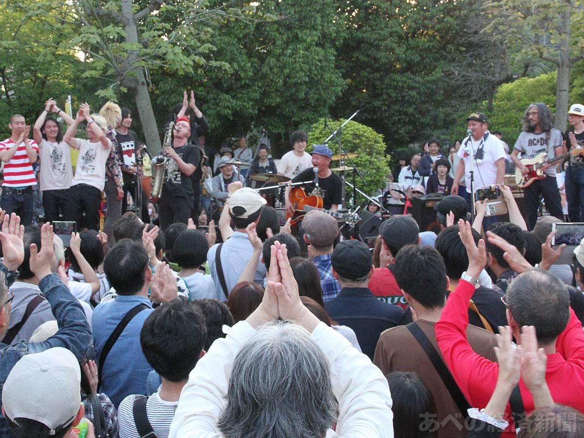 桃ヶ池公園のメインステージで木村充揮さんらのライブ(昨年の様子)