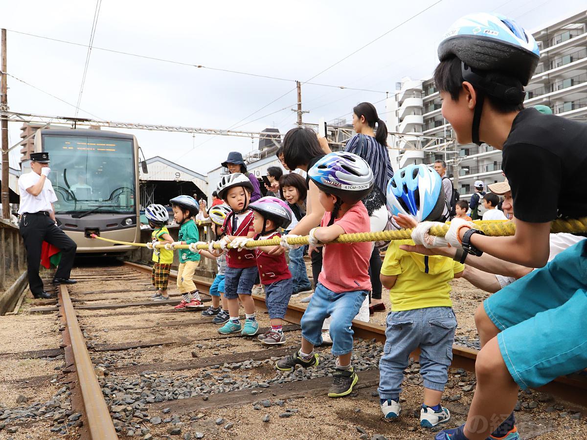 子どもたちが参加した「ちんちん電車と綱引き」