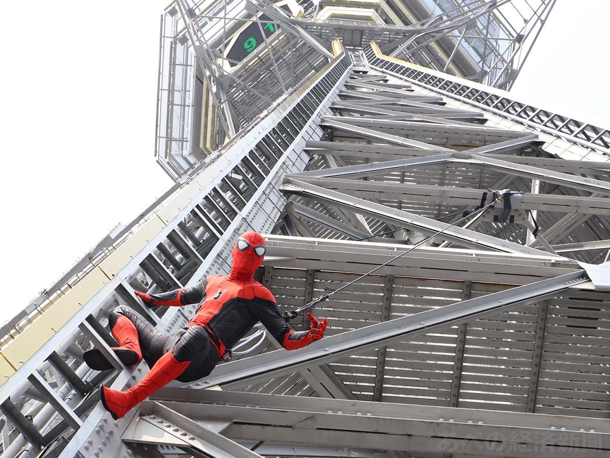 通天閣をよじ登るスパイダーマン