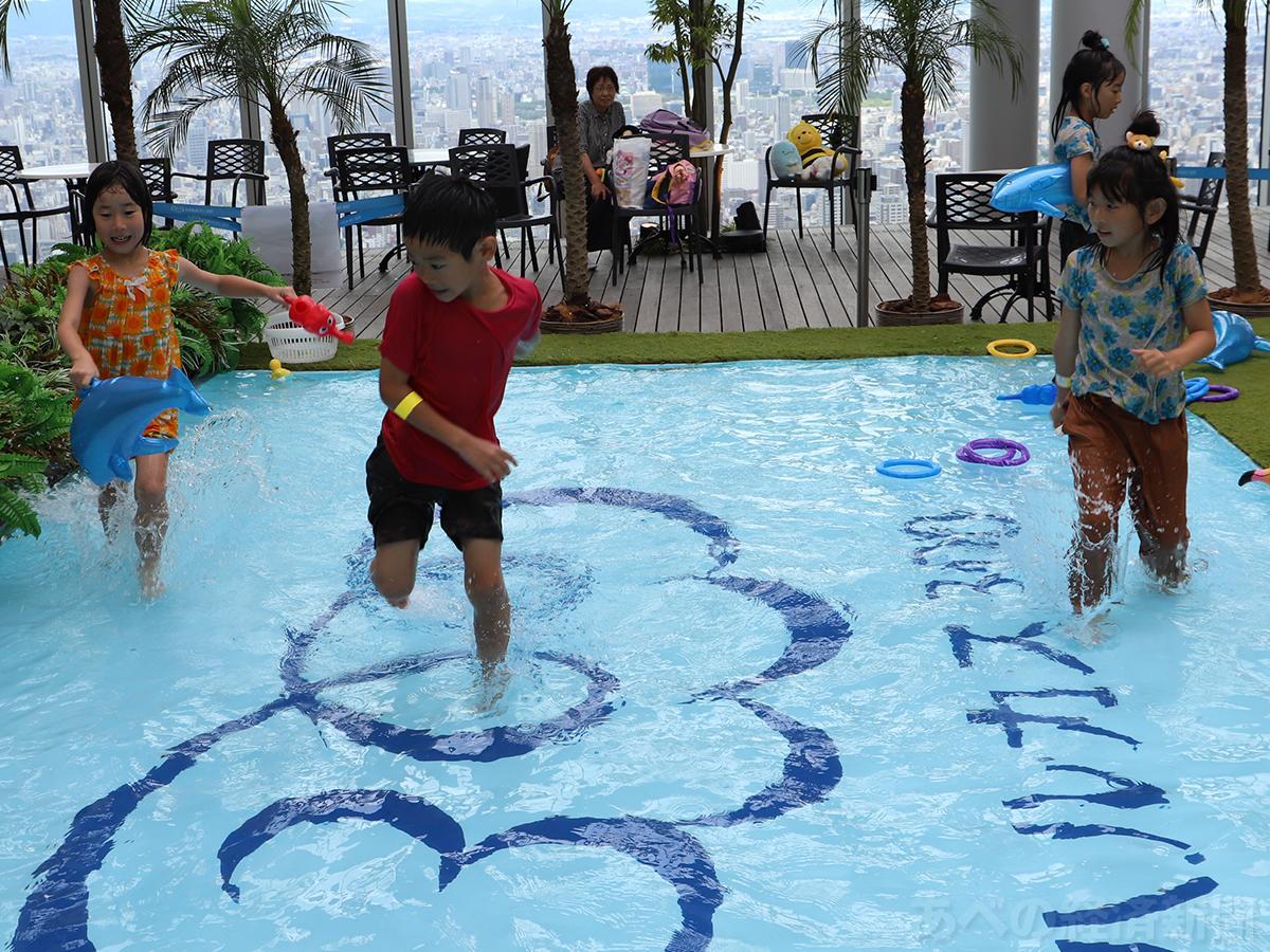 ハルカス300に登場した水場ではしゃぐ子どもたち