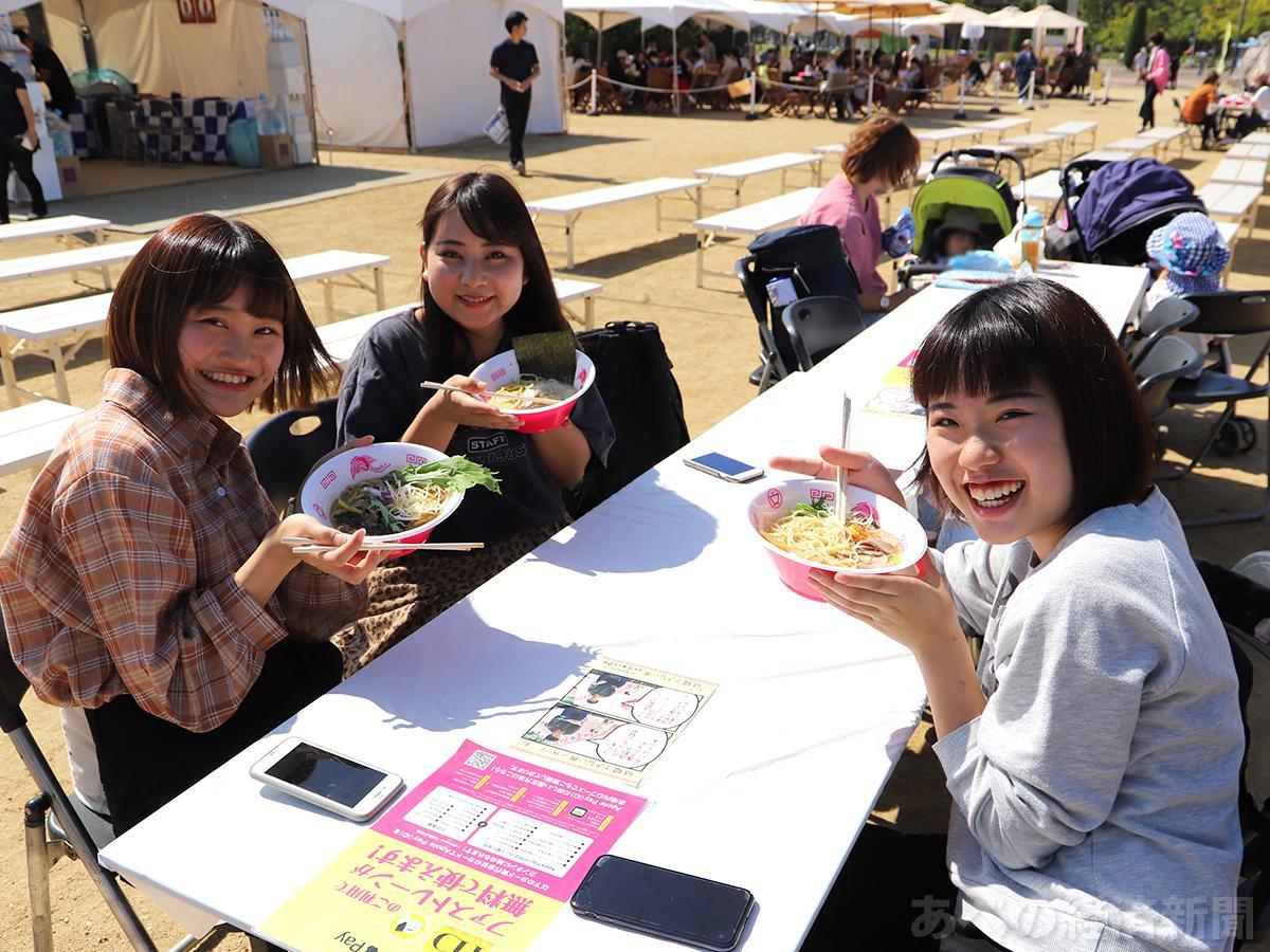 女性グループが多く来場している「ラーメン女子博 in 大阪 2019」