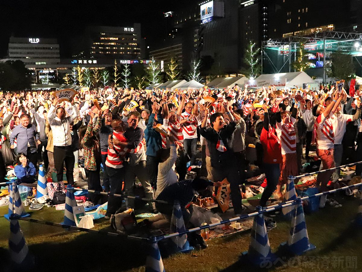 日本の勝利に喜ぶ観覧客