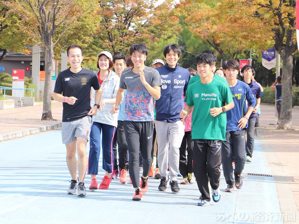 参加者と共にランニングコースを走る多田修平選手