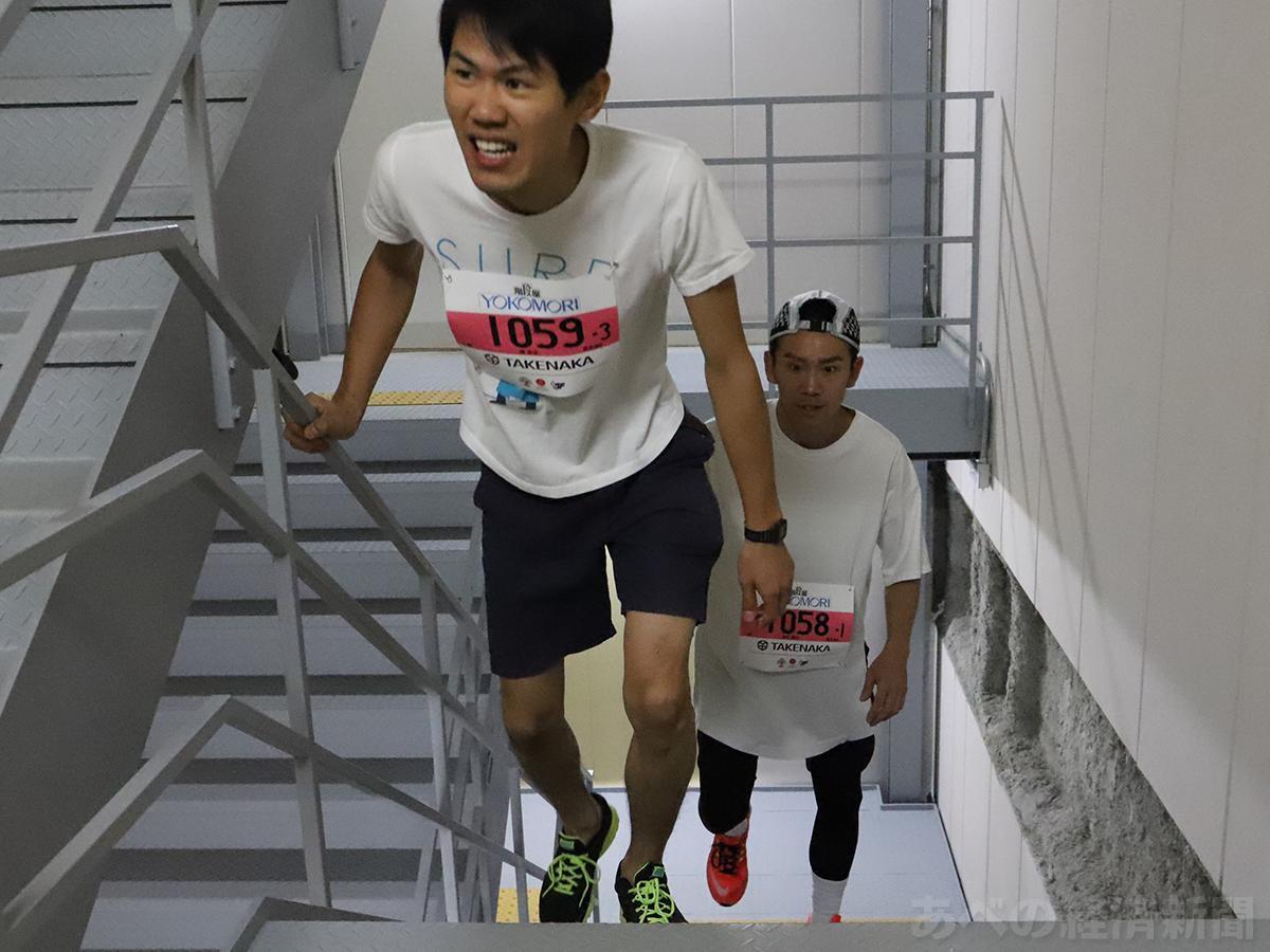 あべのハルカスの階段がコースの「ハルカス・スカイラン」(17階で撮影)
