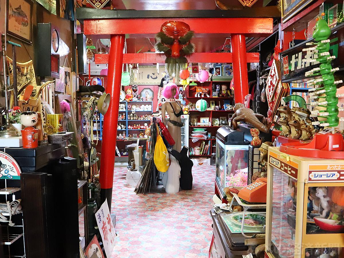 鳥居が設けられた「奇貨屋白昼夢」の店内