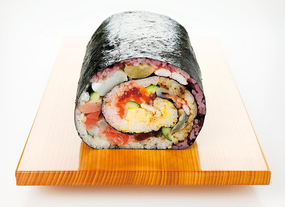 魚介や数の子・カニなど16品目の具材が入った「さかな屋の寿司」の「シャリが5色の海鮮巻」