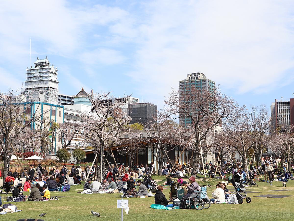 にぎわう天王寺公園エントランスエリア「てんしば」(2019年4月の様子)