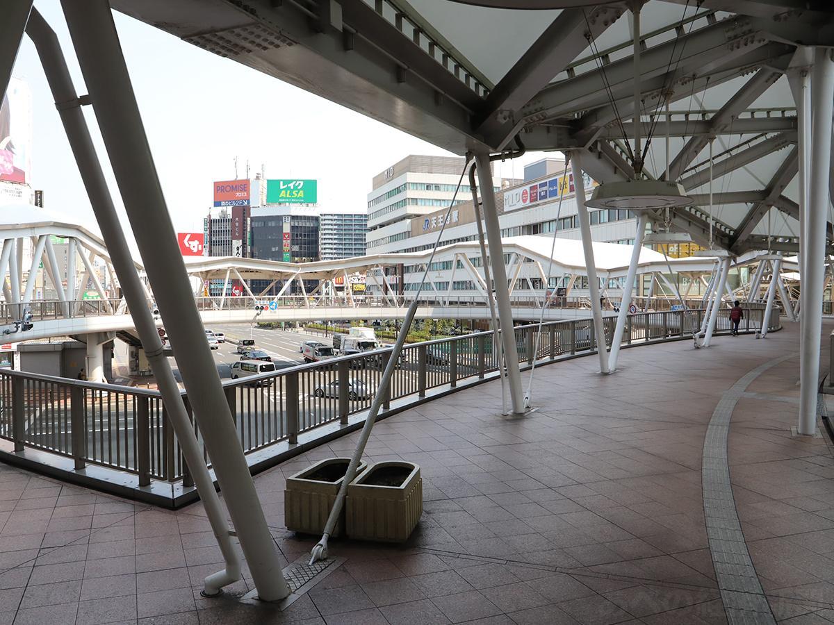 人通りの少ない阿倍野歩道橋(8日10時ごろ)