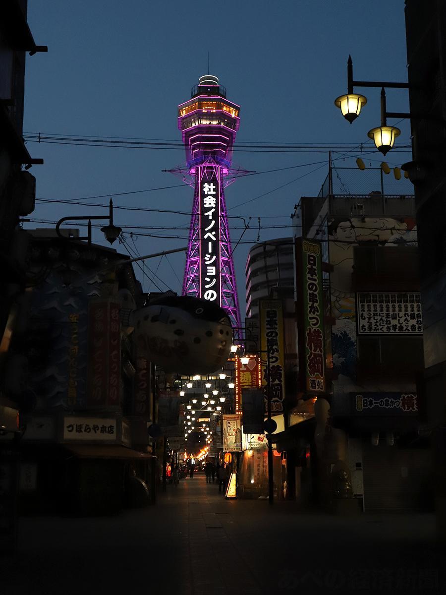 周辺店舗が臨時休業する中でライトアップする通天閣(9日撮影)