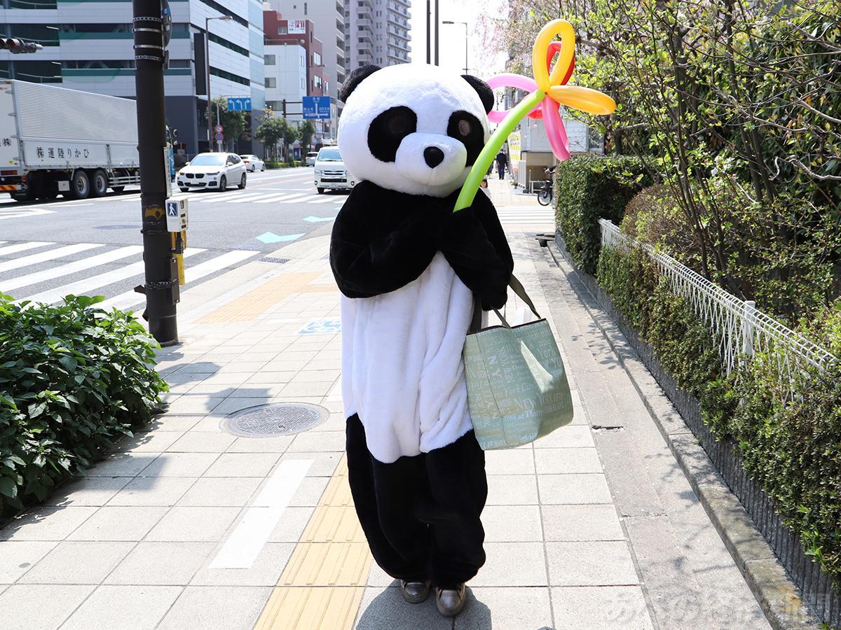 パンダが料理を届けるパンダデリバリー