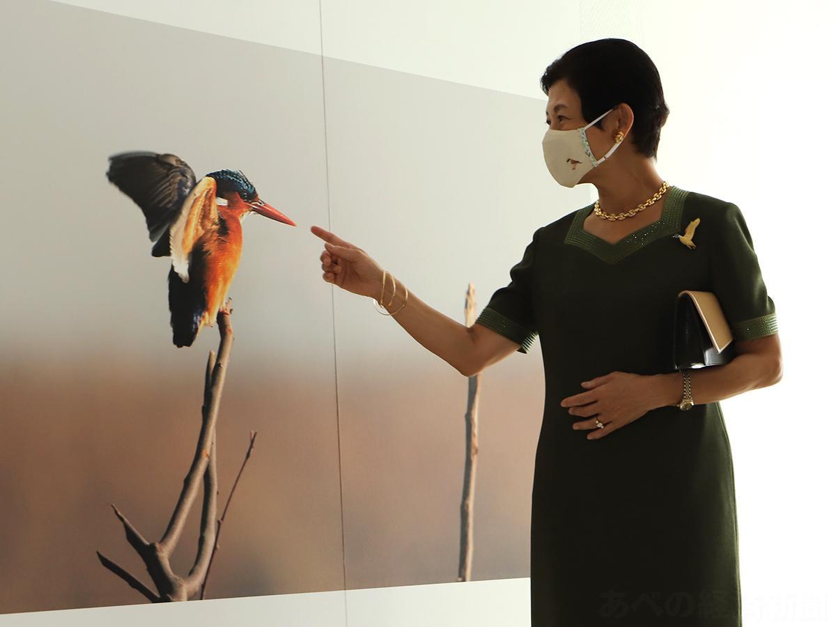 展示写真について語る高円宮妃久子さま(29日の内覧会で)