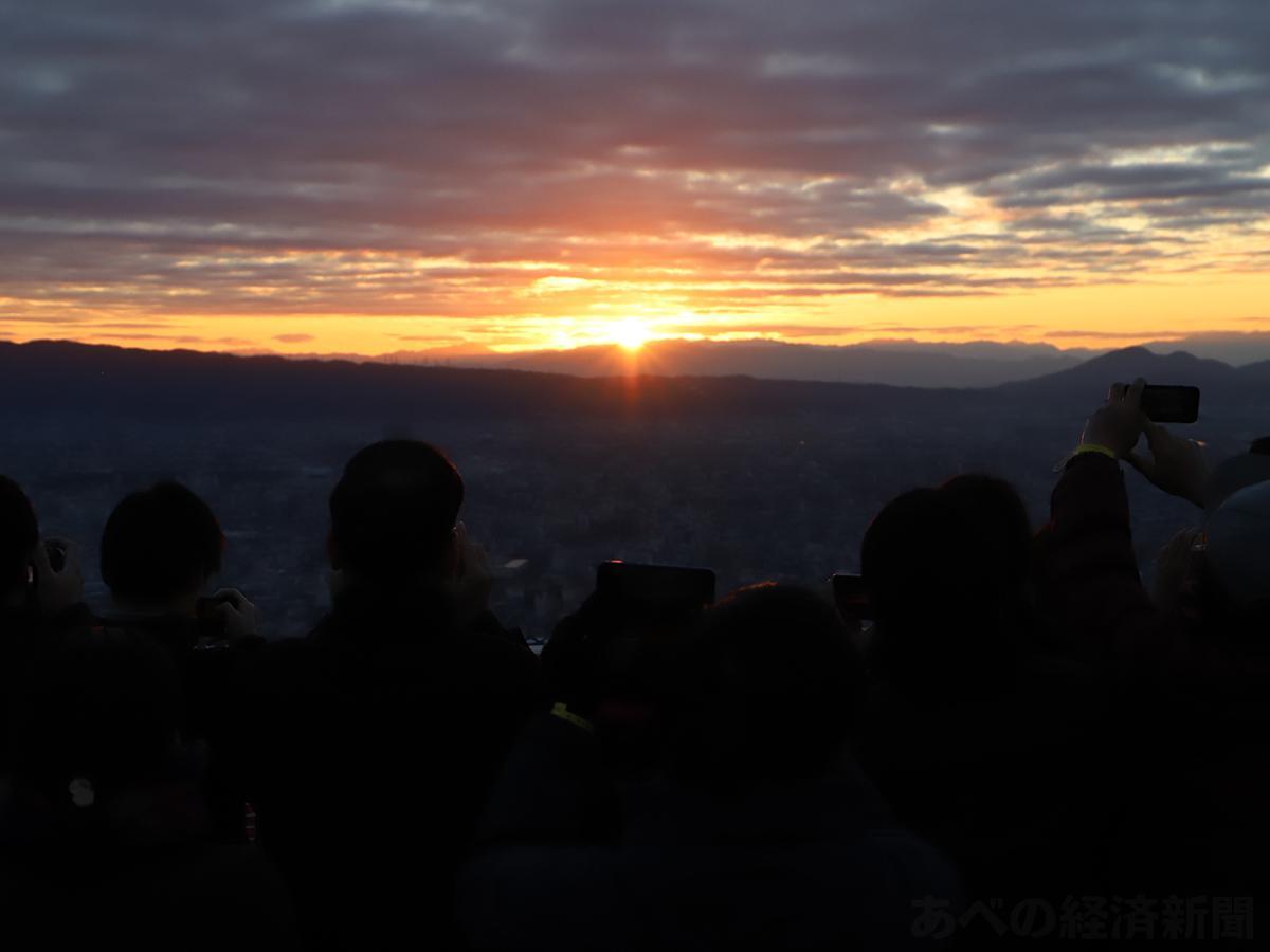 屋上ヘリポートからの初日の出(今年1月1日撮影)