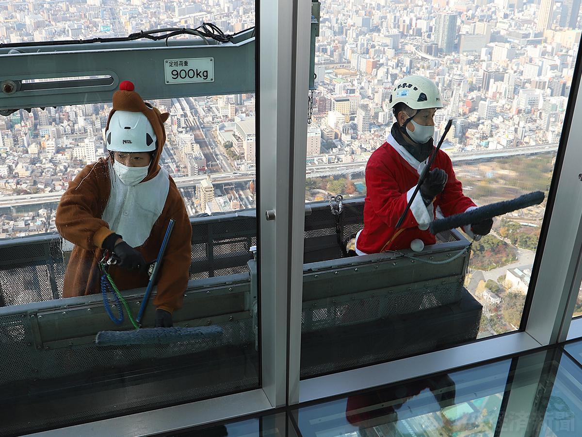サンタクロースやトナカイが窓拭き(ハルカス300で12月8日撮影)