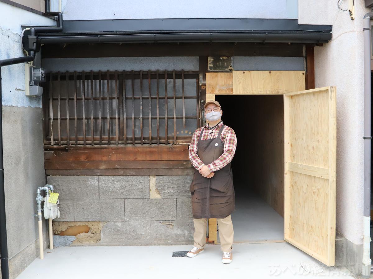 大吉堂の店主・戸井律郎さん(移転先の前で)