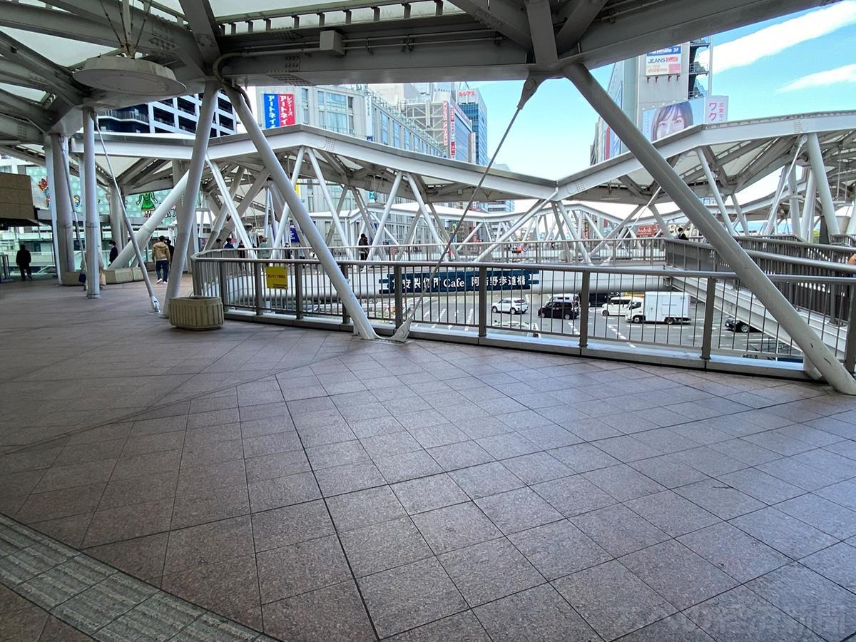 人通りが少ない阿倍野歩道橋(25日11時ごろ)
