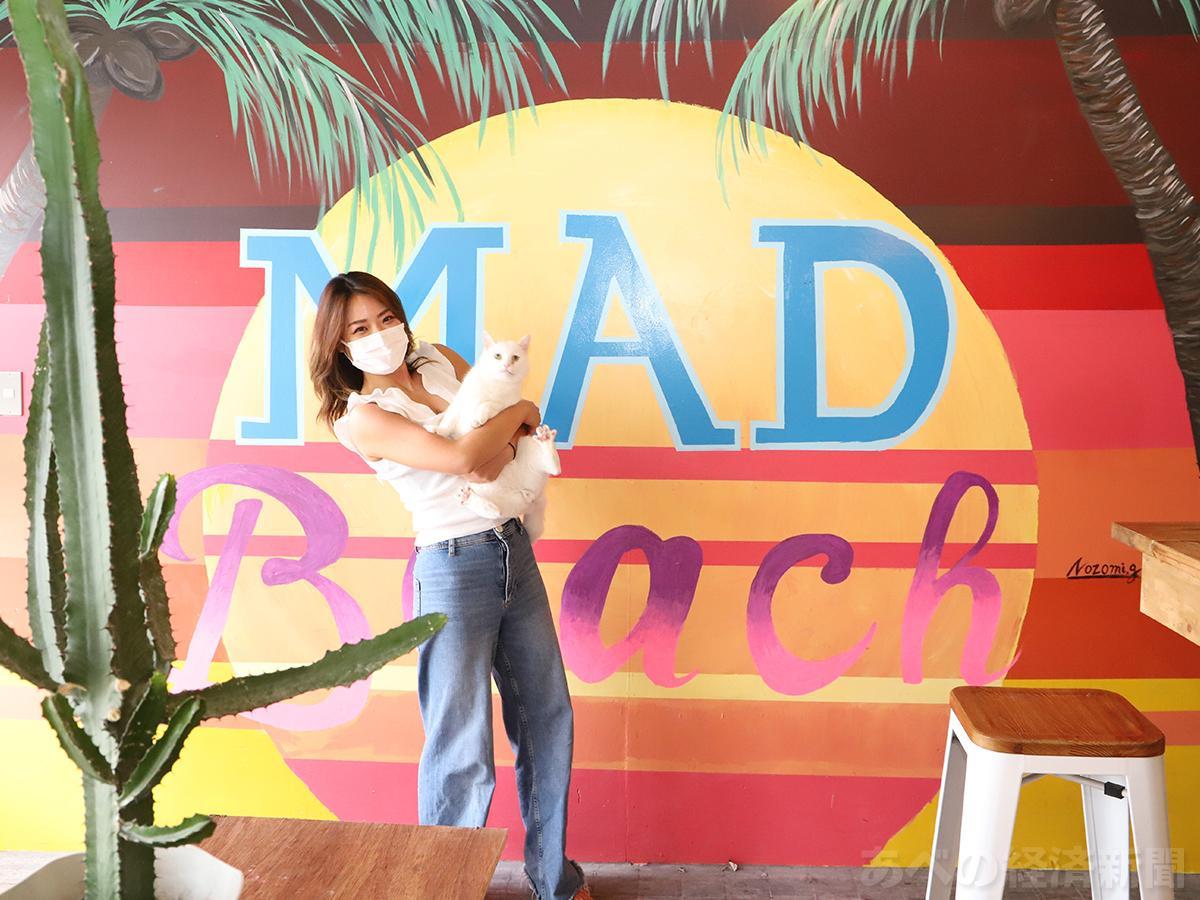 「Mad Cat Hostel Osaka & Bar」のオーナー吉澤里絵子さん