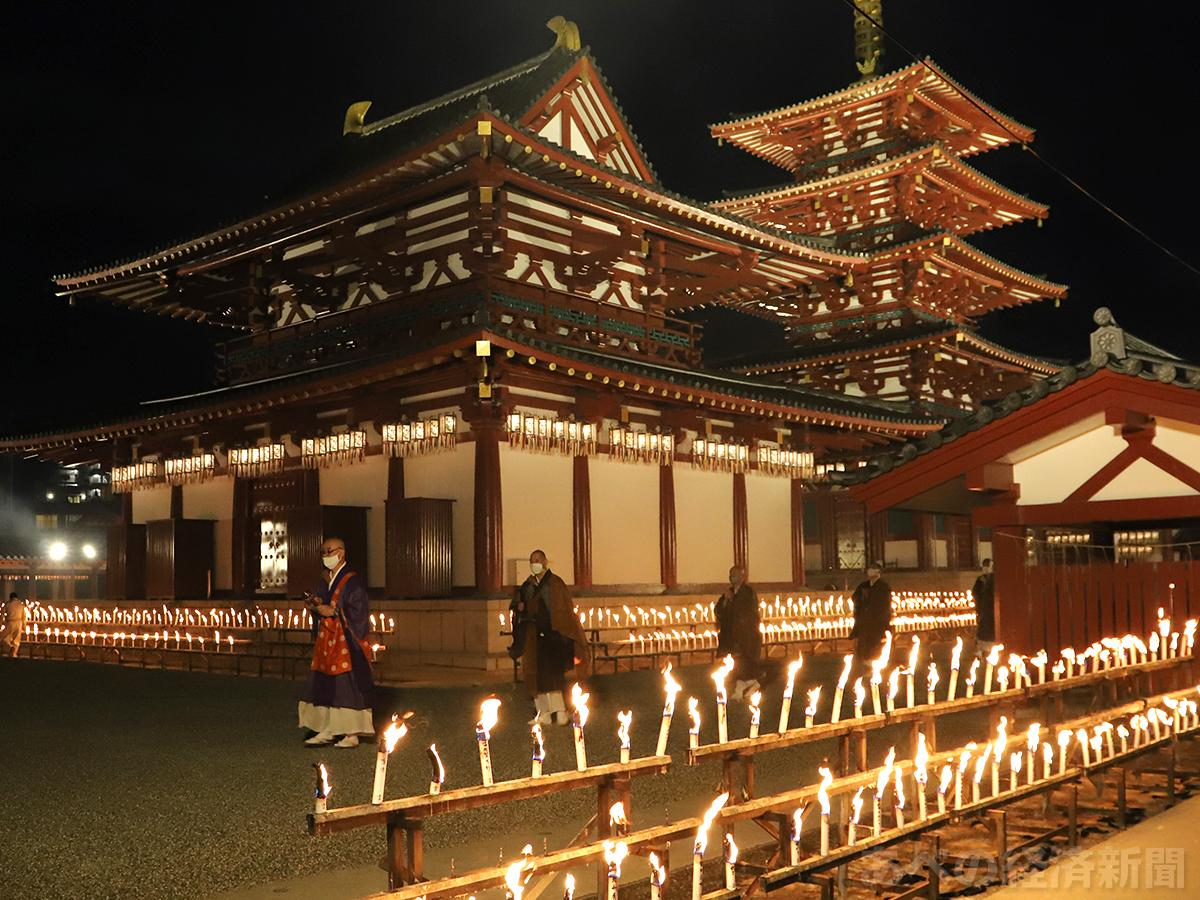 四天王寺で「万灯供養」(10日撮影)