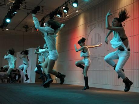 あべの経済新聞Happinessの激しいダンスパフォーマンス