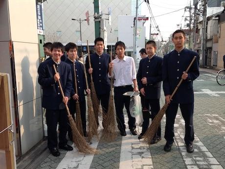 地元を掃除する足立学園バスケ部の生徒ら