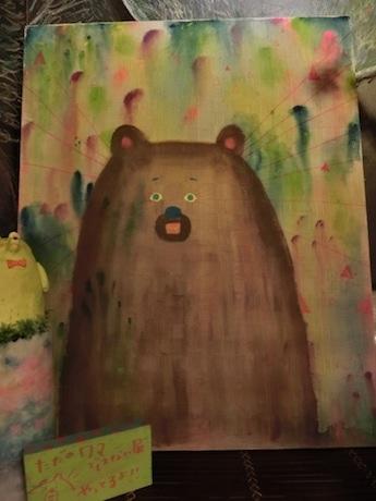 目が光るクマ