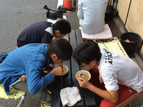 「40円ラーメン」を頬張る少年たち
