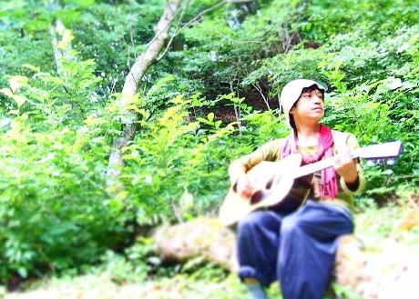 あらかわ秋の音ライブを行う「森のシンガーソングライター証」さん