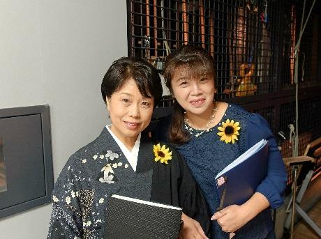 左:朗読された木村まさ子さん。右:三月のひまわりの星野真弓代表理事